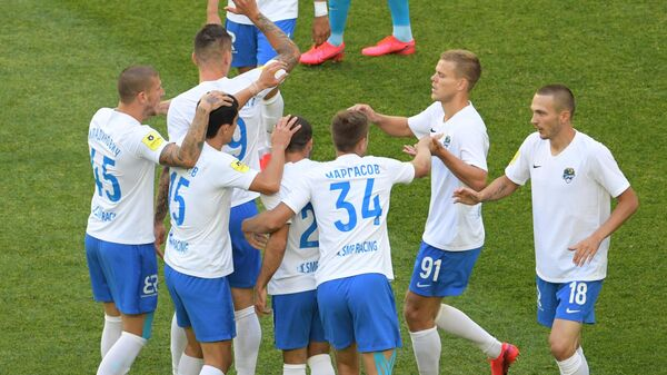 Футболисты Сочи радуются забитому голу