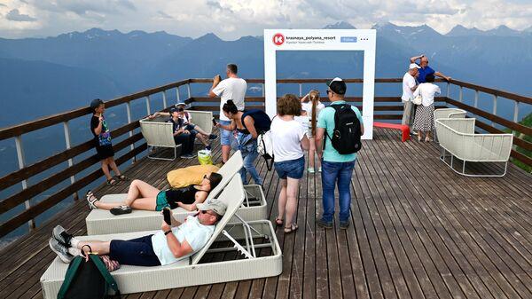 Туристы на Панорамной площадке на горном курорте Красная Поляна