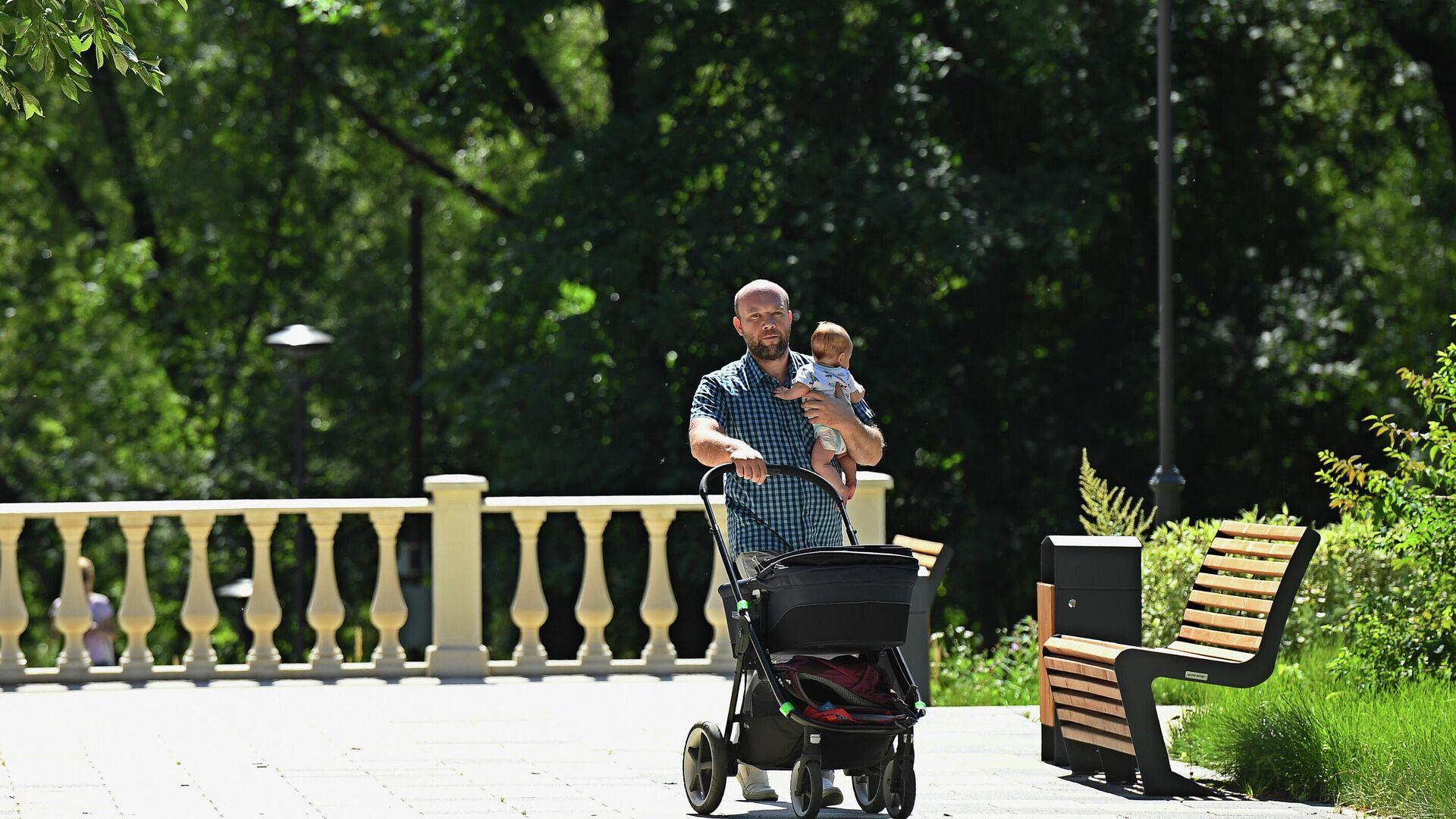 Мужчина гуляет с ребенком в парке Сад будущего в Москве - РИА Новости, 1920, 20.05.2021