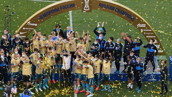 Игроки Зенита на церемонии вручения кубка чемпионов России.