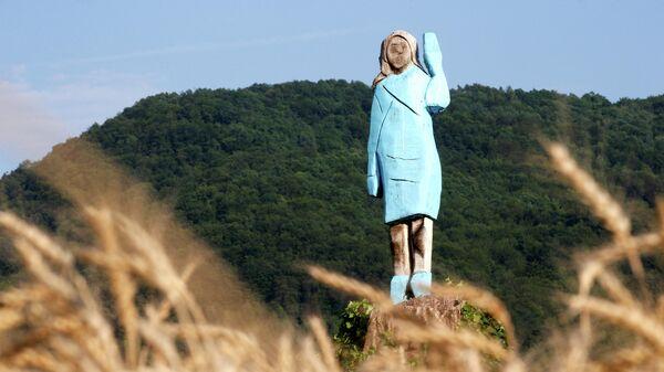 Деревянная скульптура первой леди США Мелании Трамп недалеко от ее родного города Севница