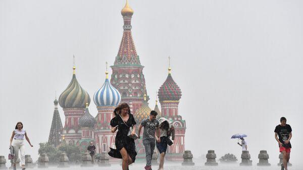 Люди во время дождя в Москве