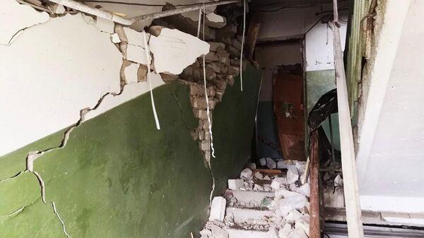 Сотрудники МЧС РФ работают на месте взрыва бытового газа в жилом доме в поселке городского типа Кинкур в Кировской области