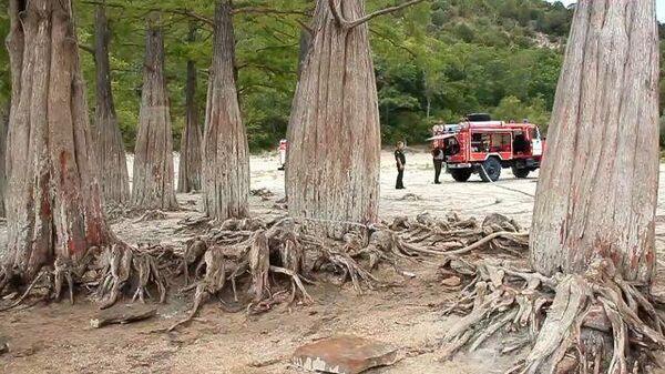 Пожарные спасают пересохшее озеро кипарисов