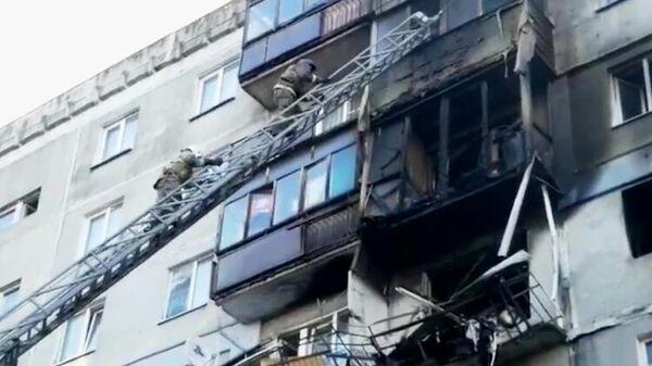 Сотрудники МЧС РФ и полиции на месте взрыва бытового газа в многоквартирном доме в Нижним Новгороде
