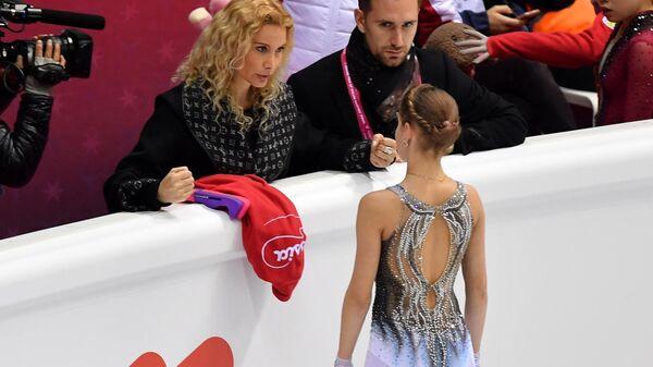 Этери Тутберидзе (слева) и Алёна Косторная (на первом плане)