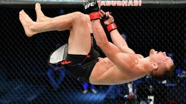 Петр Ян празднует завоевание чемпионского пояса UFC