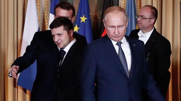 Президент России Владимир Путин (справа) и президент Украины Владимир Зеленский на саммите в Париже