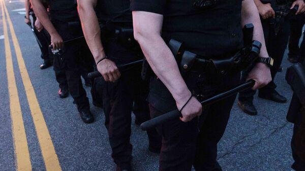 Полицейские во время столкновений между сторонниками и противниками акции BLM в Нью-Йорке