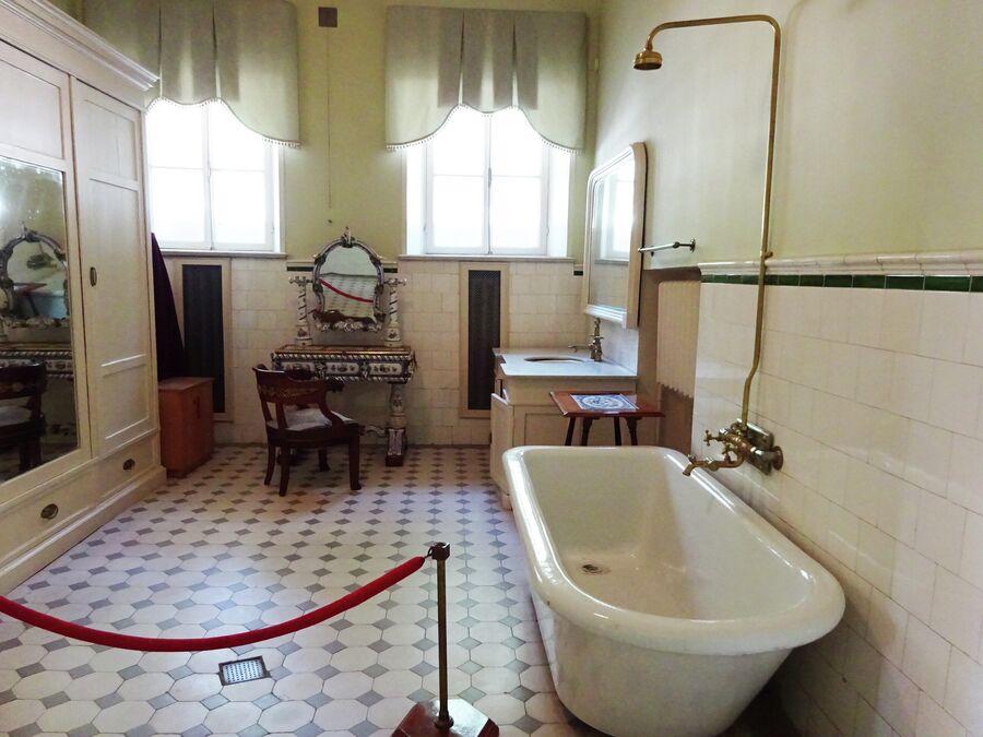 Женская ванная с фарфоровым столиком
