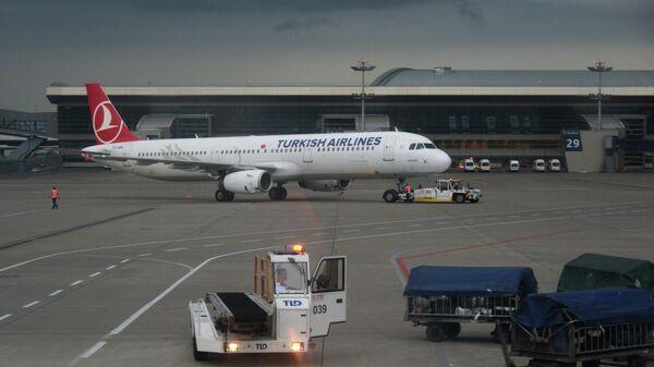 Самолет Airbus A321 авиакомпании Turkish Airlines в аэропорту Внуково в Москве