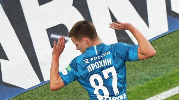 Игрок Оренбурга Джоэль Фамейе и игрок ФК Зенит Данила Прохин