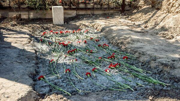 Место захоронение мирного жителя Азиза Азизова, пострадавшего в результате обстрела на азербайджано-армянской границе в селе Агдам Товузского района Азербайджана