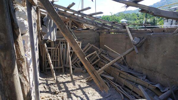 Повреждения в жилом доме, пострадавшем в результате обстрела на армяно-азербайджанской границе в селе Неркин Кармирахпюр в Армении