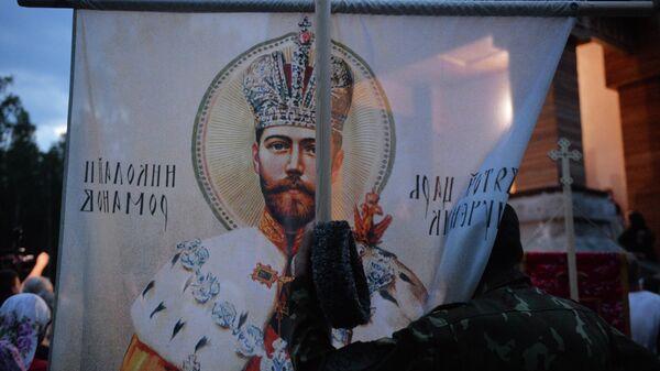 Верующие во время альтернативного Царского крестного хода у стен Среднеуральского женского монастыря