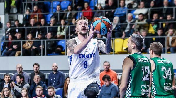 Баскетболист Енисея Артем Комиссаров