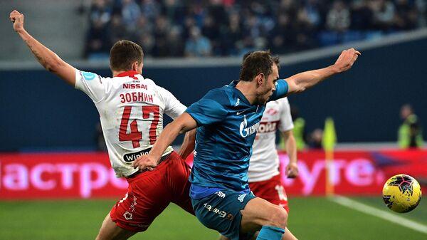 Игрок Зенита Артём Дзюба (справа) и игрок Спартака Роман Зобнин