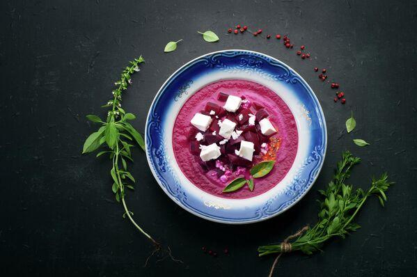 Крем-суп из свеклы с кусочками сыра Фета