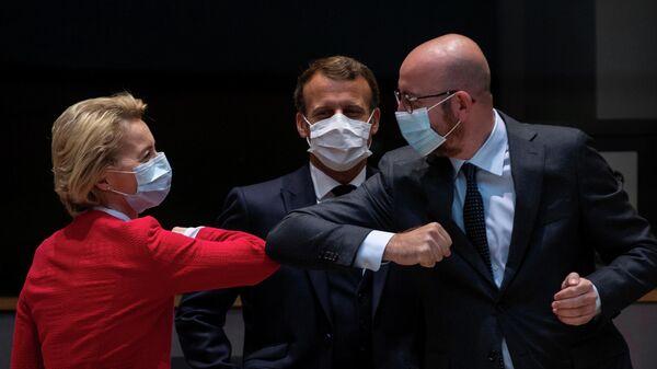 Председатель Европейской комиссии Урсула фон дер Ляйен и председатель Европейского совета Шарль Мишель приветствуют друг друга на первом очном саммите ЕС после пандемии