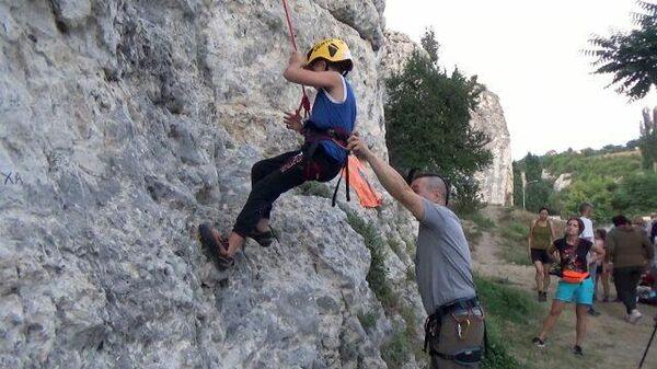 Адаптивное скалолазание: дети с особенностями покоряют горные вершины