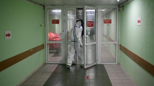 Медицинский работник входит в красную зону госпиталя COVID-19 городской клинической больницы № 15 имени О. М. Филатова в Москве