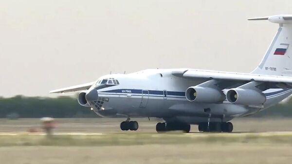 Самолет Ил-76 военно-транспортной авиации во время вылета на тушение природного пожара в Оренбургской области. Кадр видео
