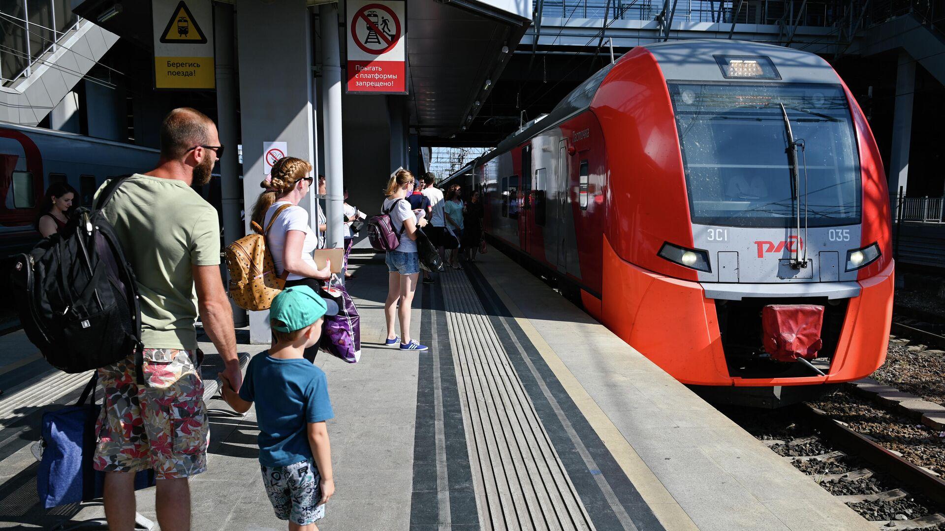 Пассажиры на железнодорожном вокзале Адлера - РИА Новости, 1920, 23.07.2021