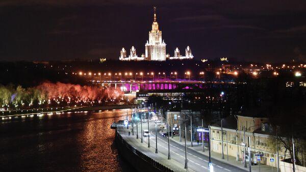 Лужнецкая набережная в Москве. На дальнем плане: здание Московского государственного университета имени М. В. Ломоносова