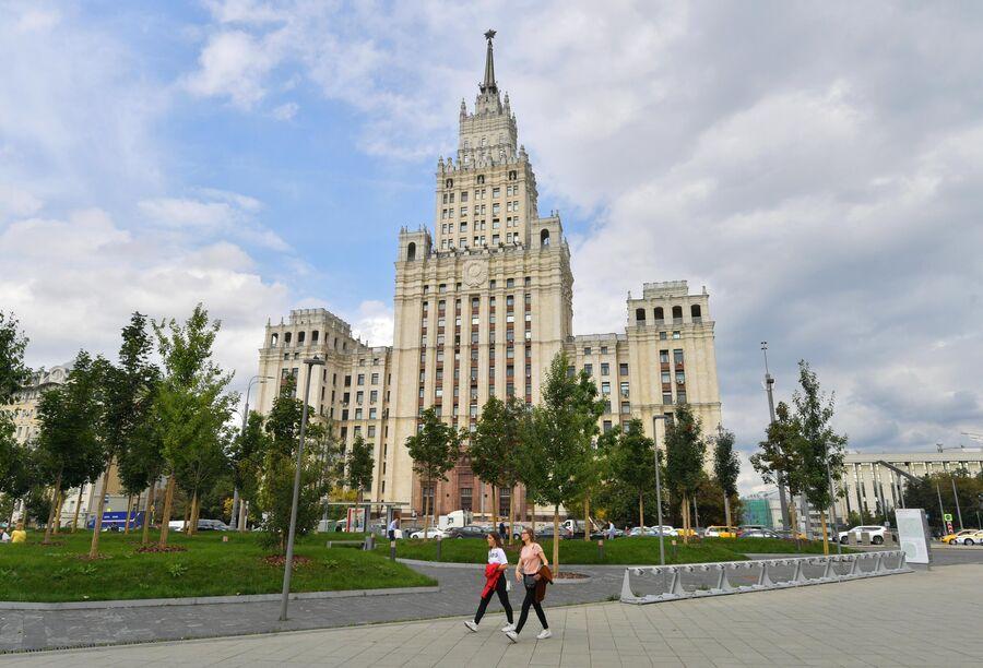 Высотное здание на площади Красных Ворот в Москве.