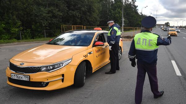 Сотрудники ГИБДД во время рейда в Москве по проверке автомобилей такси на соответствие правилам безопасности перевозок