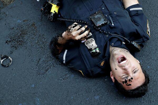 Полицейский во время протеста у Трамп-тауэр на Манхэттене, Нью-Йорк