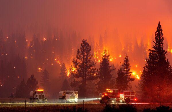 Тушение лесного пожара недалеко в Калифорнии, США
