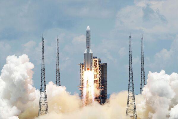 Ракета Чанчжэн-5 с зондом Тяньвэнь-1 Mars взлетает с космодрома Вэньчан в китайской провинции Хайнань