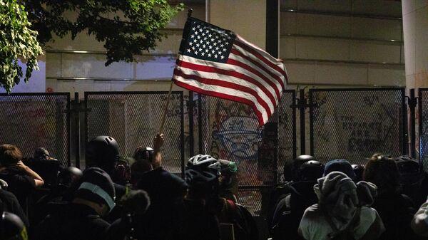 Протестующие с флагом США у здания федерального суда в Портленде