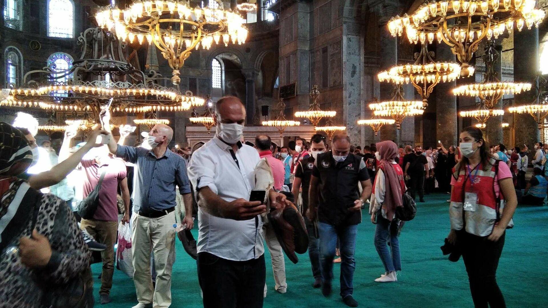 Верующие в мечети Айя-София (собор Святой Софии) в Стамбуле - РИА Новости, 1920, 07.09.2020