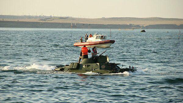БРДМ-2 форсирует пролив во время акции Дорога мужества