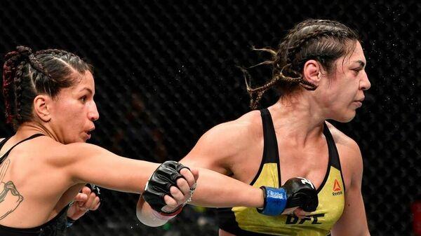 Что это было? Девушка-боец UFC перестала драться посреди раунда