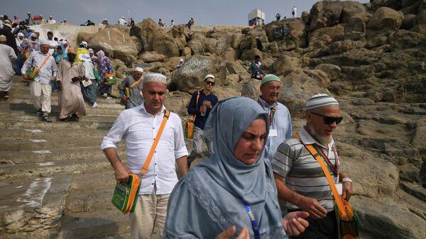 Паломники, совершающие хадж, на горе Рахма в долине Арафата