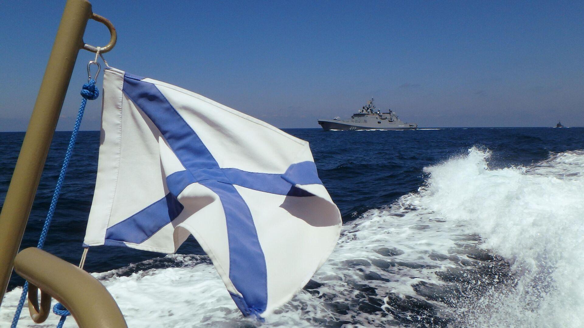 Фрегат Адмирал Макаров участвует в параде в День ВМФ РФ на рейде сирийского порта Тартус - РИА Новости, 1920, 02.06.2021