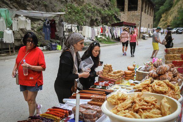 Туристы покупают сладости в Чегемском ущелье в Кабардино-Балкарии