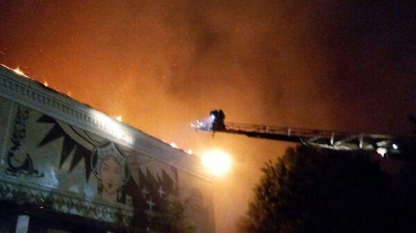 Сотрудники МЧС во время тушения пожара в здании бывшего кинотеатра в городе Вязники Владимирской области