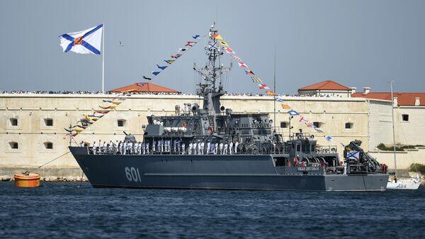 Корабль противоминной обороны Иван Антонов на параде в честь Дня Военно-морского флота в Севастополе