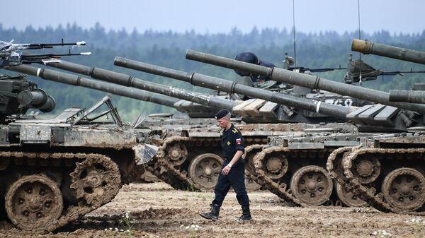 Экипажи танков Т-72 во время завершающего этапа всеармейского конкурса Танковый биатлон в Подмосковье