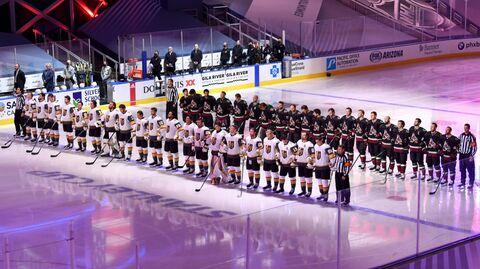 Хоккеисты Вегас Голден Найтс и Аризона Койотис перед выставочным матчем НХЛ