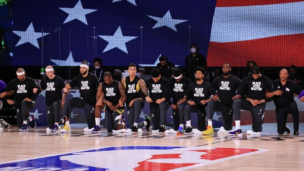 Баскетболисты Лос-Анджелес Лейкерс перед матчем НБА против Лос-Анджелес Клипперс