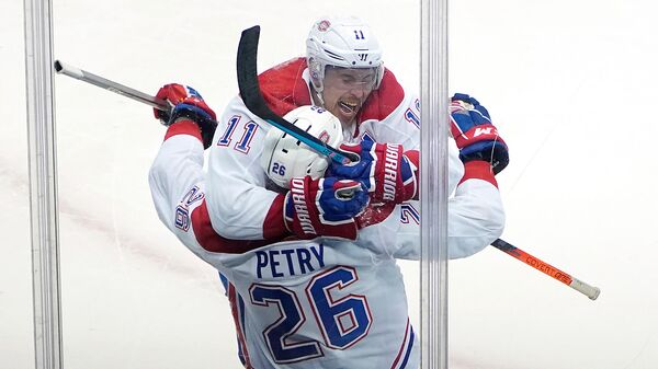 Хоккеисты Монреаль Канадиенс Брэндон Галлахер и Джефф Петри празднуют гол в матче НХЛ