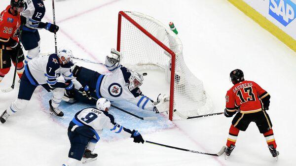 Игровой момент в матче НХЛ между Калгари Флэймз и Виннипег Джетс