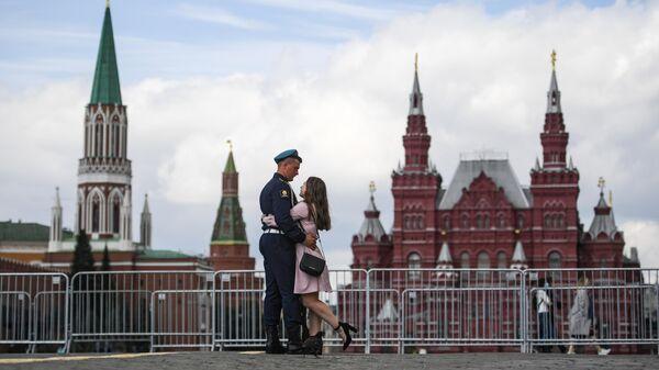 Десантник с девушкой на Красной площади в Москве