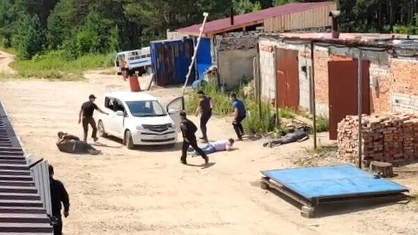 Задержание членов преступной группы, причастной к незаконному обороту оружия. Стоп-кадр с видео, предоставленного ФСБ РФ