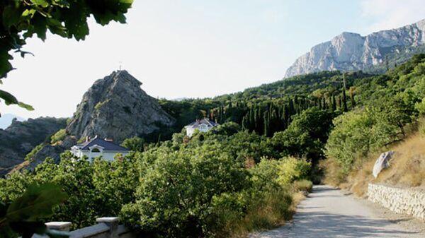 Скала Ифигения и дорога из Нижнего Кастрополя в Верхний Кастрополь, Крым